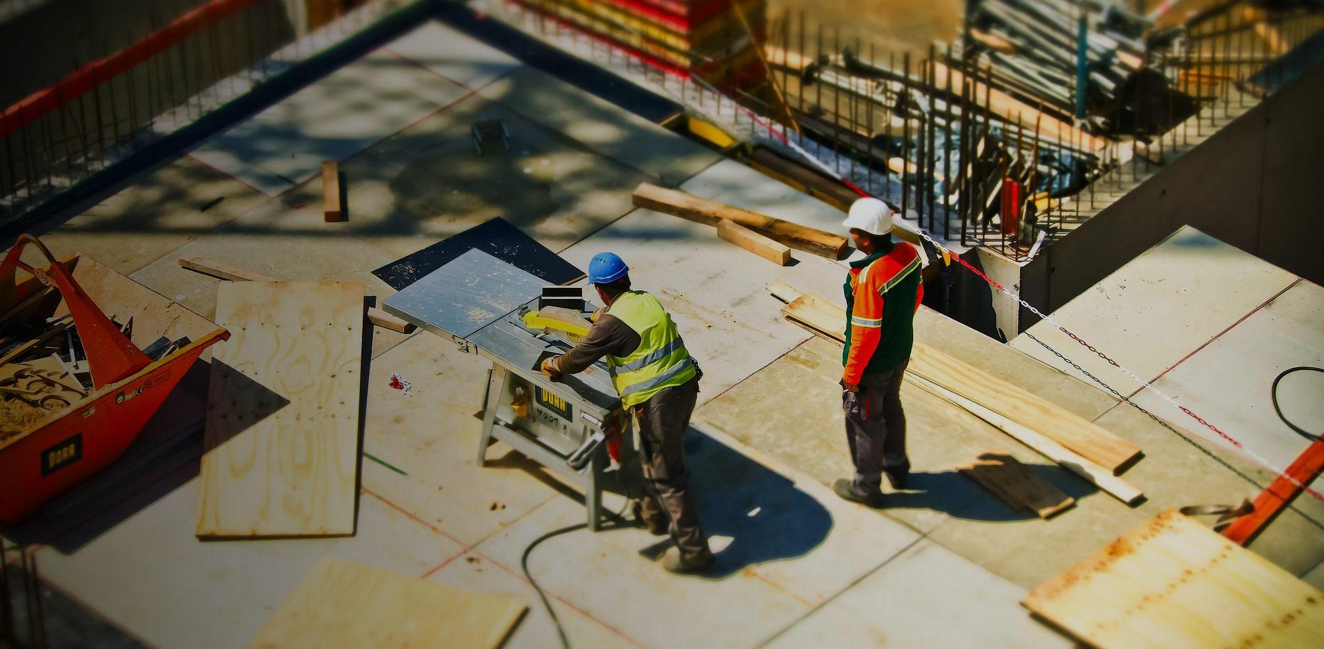 Baustelle-Monteure-Bauarbeiter-Tischkreissaege
