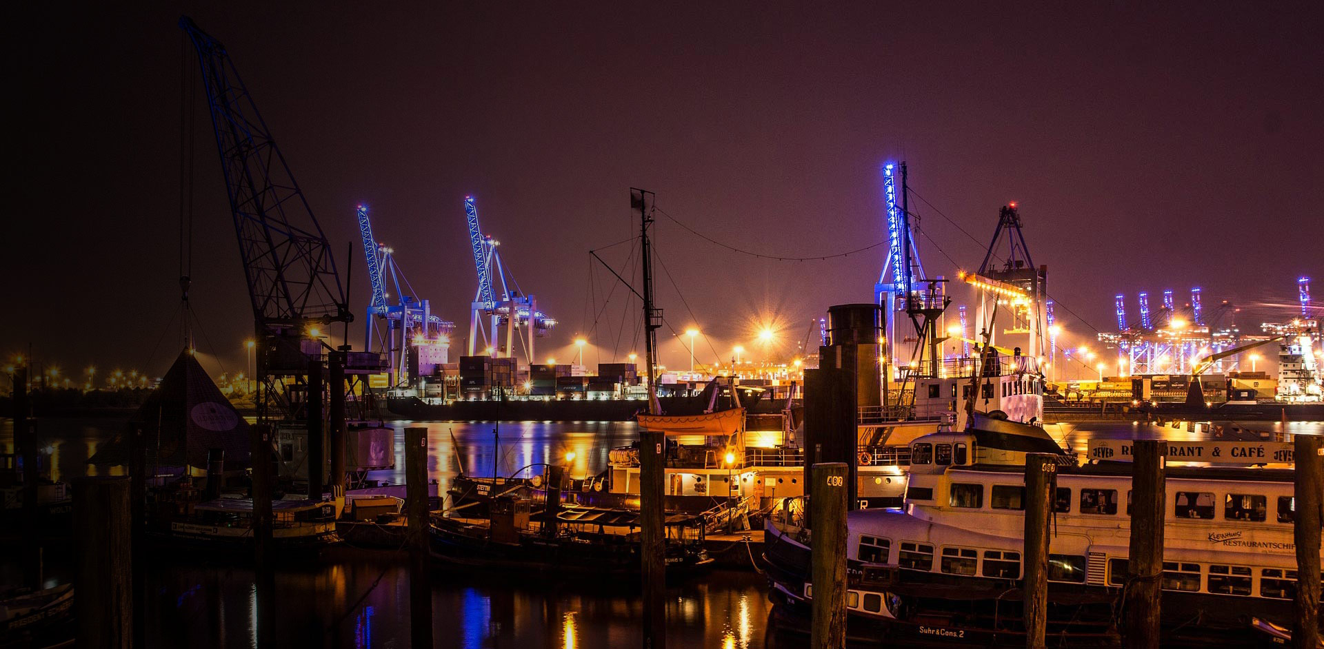 Hamburg-Hafen-guenstig-Uebenachten-Schiffe-Lichter-Kraene-Baustelle